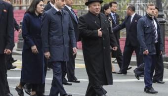fOTO: El líder de Corea del Norte, Kim Jong Un, en el centro, rodeado de funcionarios rusos y de Corea del Norte, 24 abril 2019