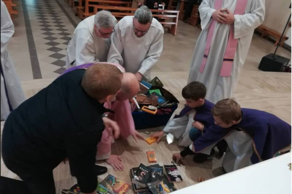 Sacerdotes católicos hacen quema de libros de Harry Potter