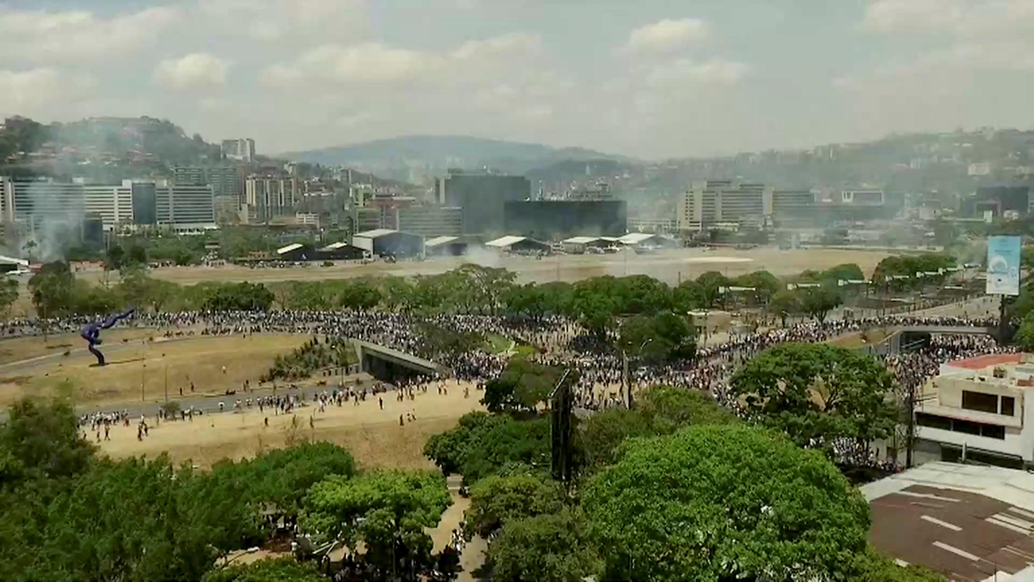 Manifestantes de oposición y militares desertores se enfrentan con militares en las afueras de la base militar 'La Carlota', en Caracas (Reuters)