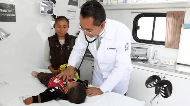 Foto: Médico del IMSS atendiendo a niño, abril de 2019, México