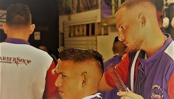 Migrantes, parte del éxito de una barbería en Tapachula