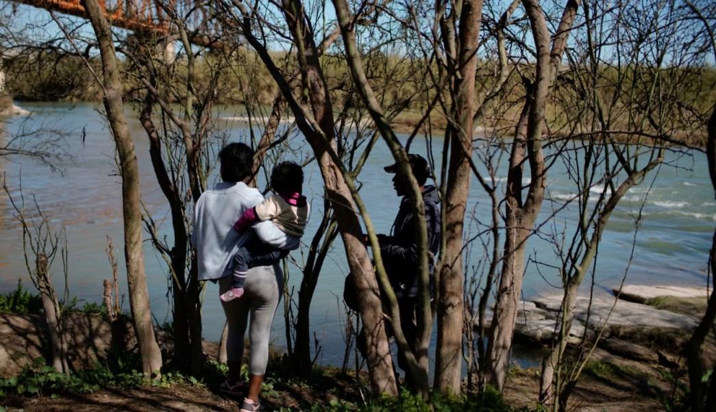 Foto: Migrantes verifican las patrullas fronterizas de Estados Unidos antes de cruzar el Río Bravo hacia Estados Unidos, abril 20 de 2019 (Reuters)