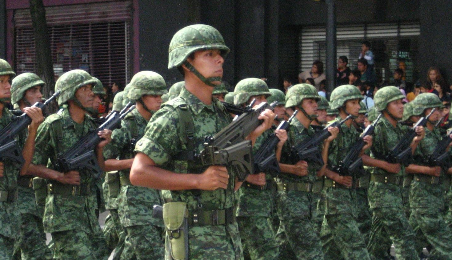 Militares de un batallón de infantería en formación en las calles de la Ciudad de México (Panoramas - University of Pittsburgh)