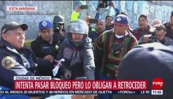 Motociclista intenta pasar bloqueo y es golpeado por manifestantes en Circuito Interior