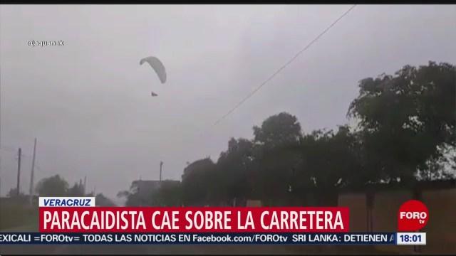 Foto: Paracaidista cae sobre carretera en Veracruz
