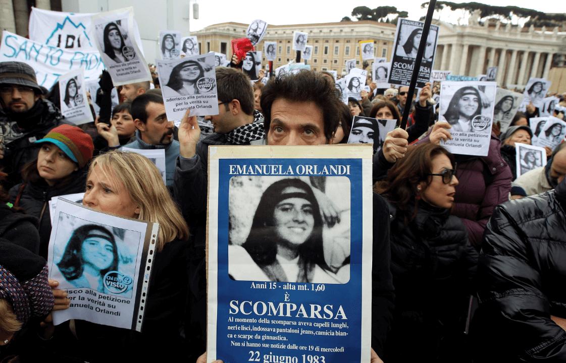 Foto: Pietro Orlandi sostiene un cartel con la imagen de su hermana, en el Vaticano, 18 de diciembre de 2011