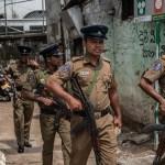 Foto: Oficiales de policía patrullan las calles en Colombo, Sri Lanka, 26 abril 2019