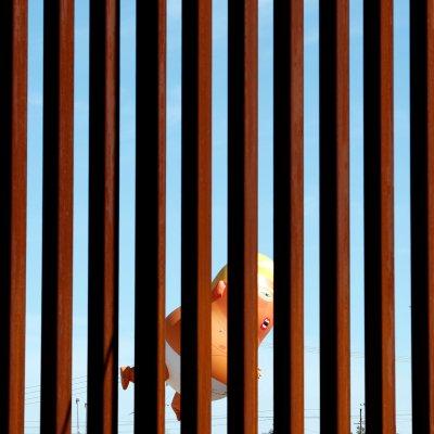 Organizaciones pro-migrantes protestan en Calexico, previo al arribo de Trump