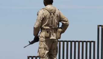 FOTO Qué pasó entre soldados mexicanos y la Guardia Nacional de EU en la frontera binacional (AP, archivo 1 abril 2018 nogales)