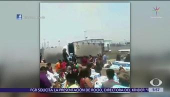 Rapiñan tráiler volcado en Ecatepec, Estado de México