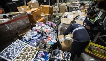 SAT decomisa más de 47 toneladas de productos 'pirata' dentro de Aeropuerto de CDMX