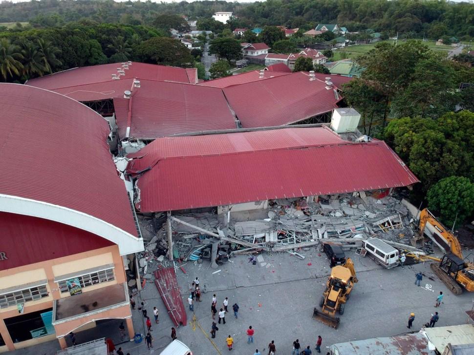 FOTO Sismo en Filipinas vacía alberca de rascacielos y derrumba mercado AP