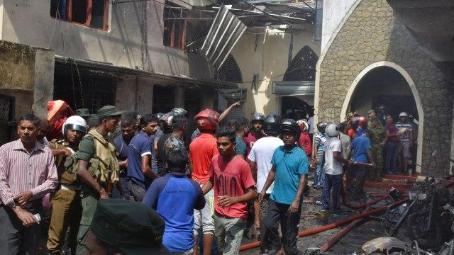 Foto: Los lugareños y la policía se reúnen en la carretera central de Batticalova tras un atentado con bomba en la iglesia de Secon, en Colombo, Sri Lanka, 21 abril 2019