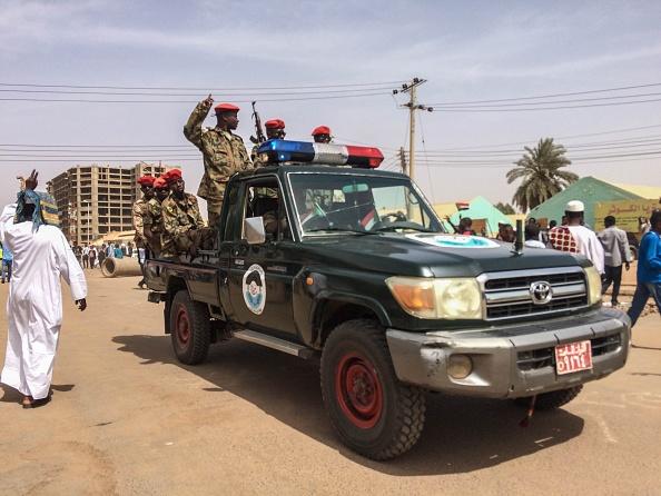 Foto: Manifestantes sudaneses marchan para exigir un gobierno de transición civil, 12 abril 2019