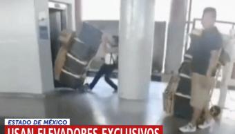 Foto Vagoneros usan elevador reservado del metro para trasladar su mercancía 25 abril 2019