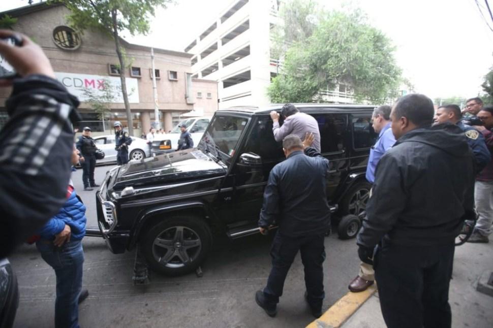 Sujetos armados se atrincheran en camioneta blindada en CDMX