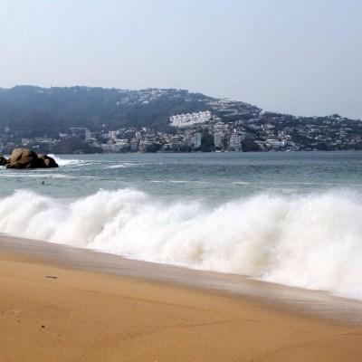 Restringen actividades náuticas por olas de 4 metros en Acapulco