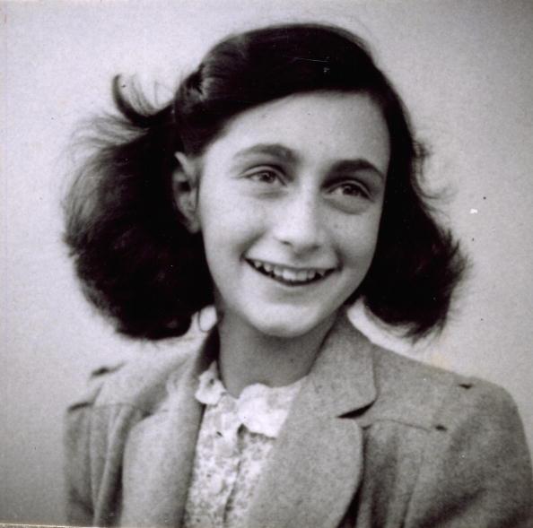 Ana Frank murió en el campo de concentraicón Bergen-Belsen cuando tenía 15 años de edad (GettyImages Archivo)