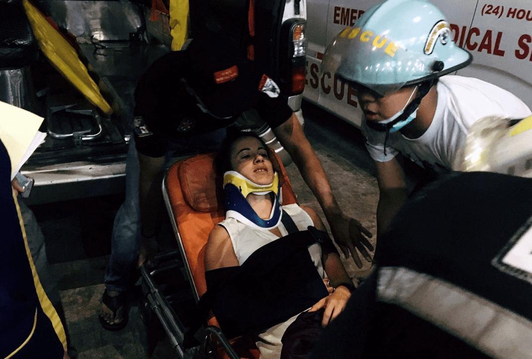 Foto: Atienden a pasajera herida tras despiste de avión en Myanmar, 8 de mayo de 2019