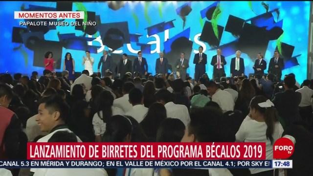 FOTO: Beneficiarios de Bécalos arrojan birretes al aire, 27 MAYO 2019