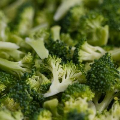 Comer brócoli puede prevenir formación de tumores cancerígenos: estudio