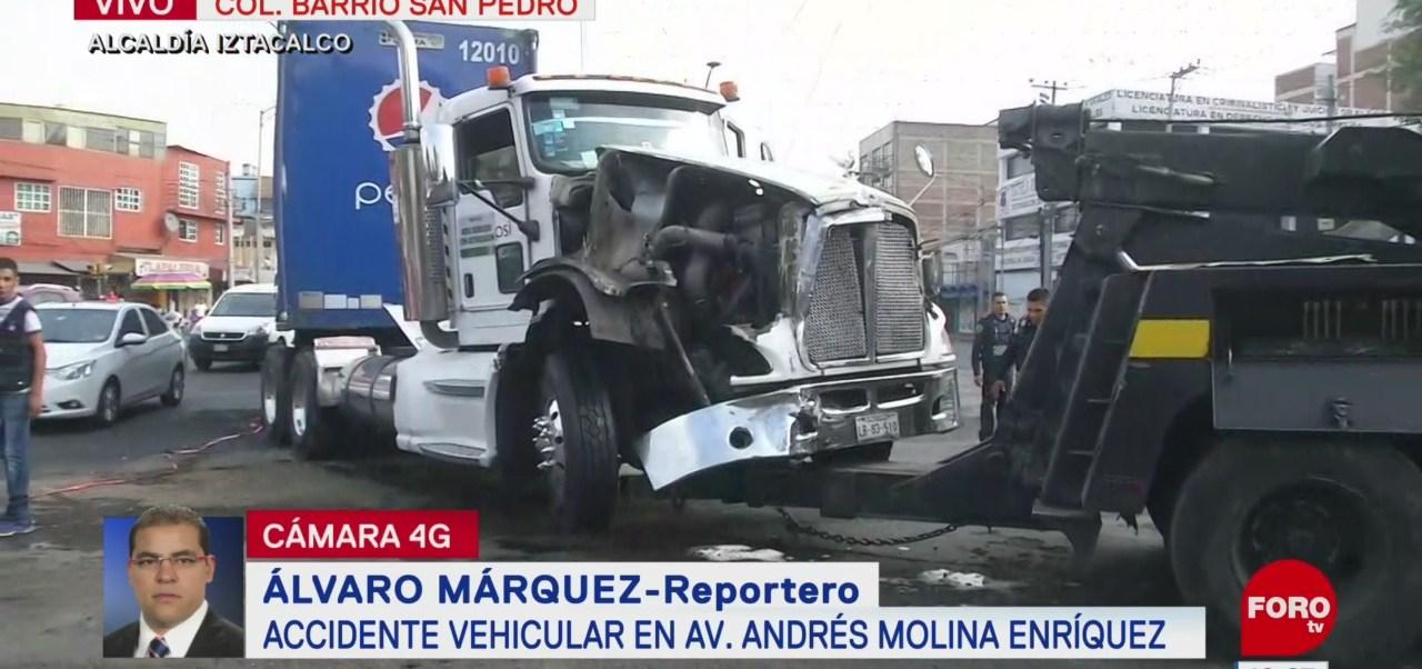 Camión de carga choca con ambulancia en la CDMX