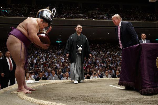 Foto: El presidente Donald Trump entrega la copa al vencedor en torneo de sumo en Japón, 26 mayo 2019