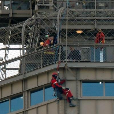 Arrestan a hombre que escaló la Torre Eiffel y se atrincheró por seis horas