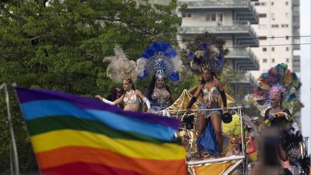 Foto: Bailarines y drag queens saludan desde en una carroza durante el desfile anual del orgullo LGBT en La Habana, Cuba. El 12 de mayo de 2018