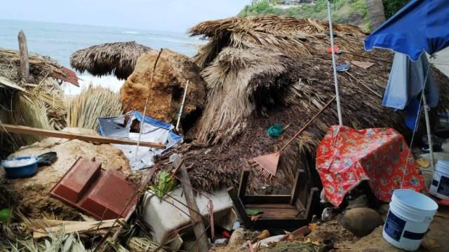 Foto: Una enorme piedra arrasó con un restaurante en la playa Carrizalillo. El 31 de mayo de 2019