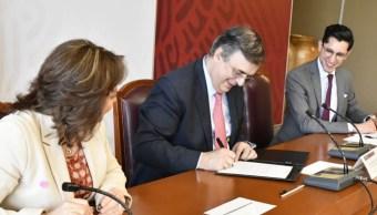 Foto: Marcelo Ebrard, titular de la Secretaría de Relaciones Exteriores (SRE), firma convenio sobre matrimonio gay en consulados mexicanos. El 16 de mayo de 2019