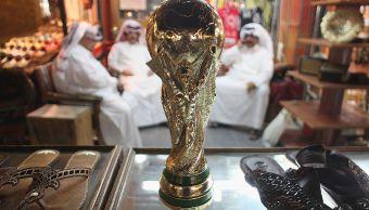 Foto: Réplica del trofeo de la Copa Mundial de la FIFA en el mercado tradicional de Souq Waqif en Doha, Qatar. El 24 de octubre de 2011