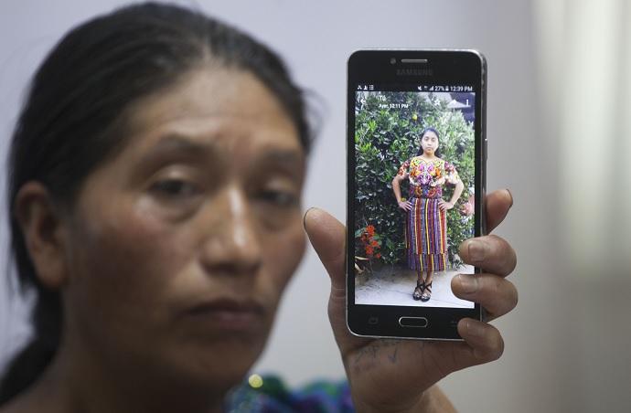 Foto: Dominga Vicente muestra una foto de su sobrina, Claudia Patricia Gómez González, quien presuntamente fue asesinada por un agente de la Patrulla Fronteriza de EEUU. El 25 de mayo de 2018