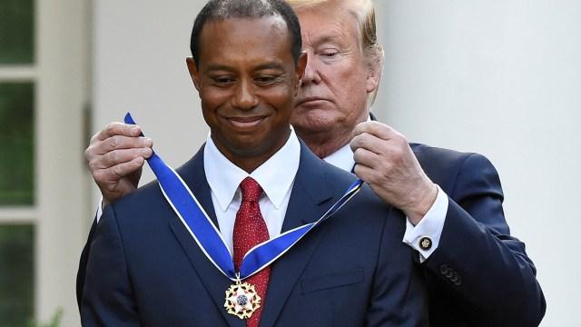 """Foto: El presidente Donald Trump cuelga la """"Medalla de la Libertad"""" al golfista Tiger Woods. El 6 de mayo de 2019"""