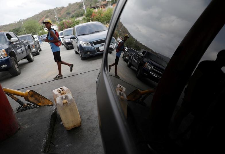 Foto: Varios vehículos hacen fila a la espera de abastecerse de gasolina en una estación de Puerto Cabello, Venezuela. El 17 de mayo de 2019