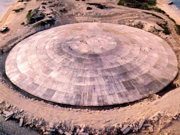 Fotografía capturada por la Agencia de Defensa Nuclear de Estados Unidos en 1980 que muestra el domo instalado sobre el cráter de la isla Runit, en el atolón de Enewetak (GettyImages Archivo)