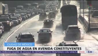 Fuga de agua en Constituyentes afecta circulación vehicular