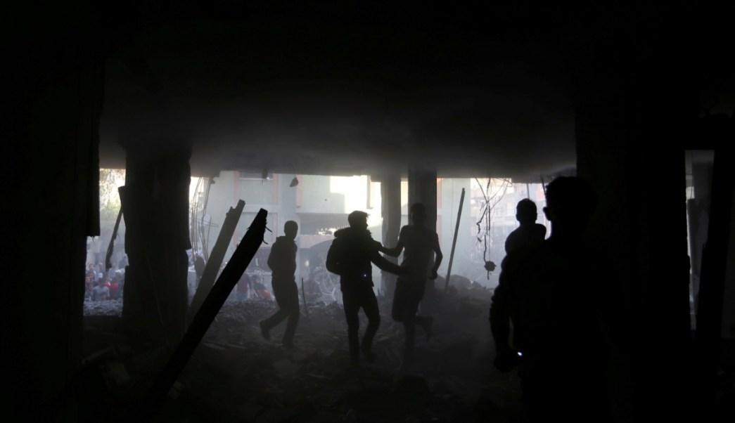 Foto: Palestinos corren dentro de un edificio que fue destruido por un ataque aéreo israelí, en el sur de la Franja de Gaza, mayo 5 de 2019 (Reuters)