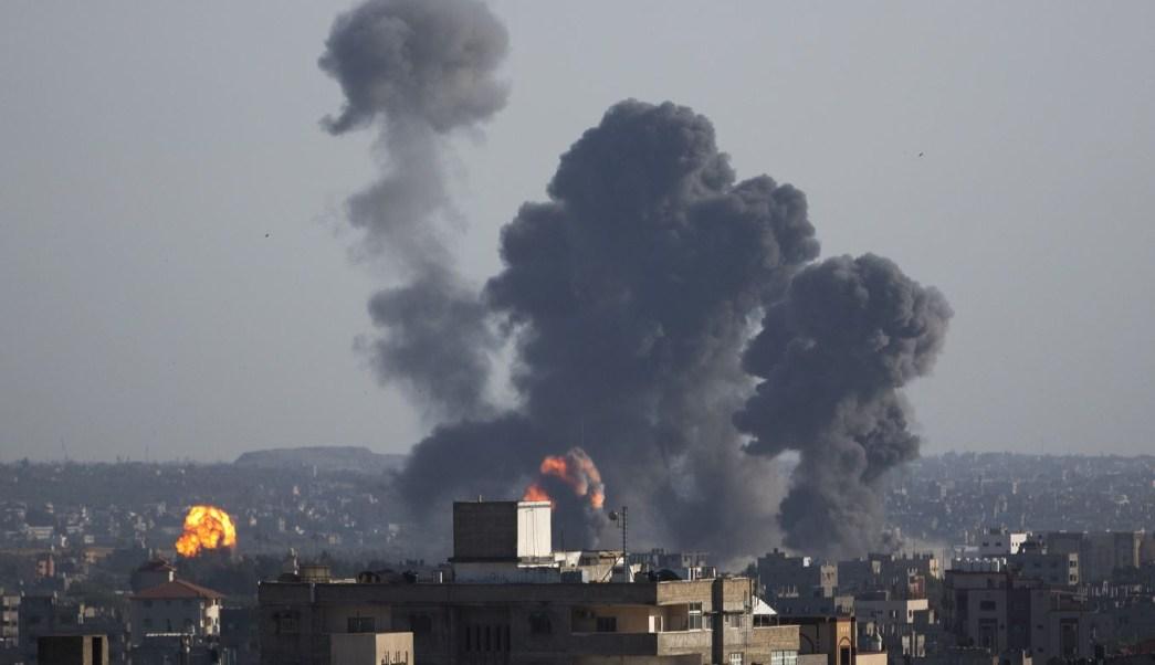 Foto: Se levantan dos columnas de humo tras las explosiones causadas por ataques aéreos israelíes en la ciudad de Gaza, 4 mayo 2019