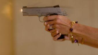 foto Video: Mujer dispara al aire desde un balcón 21 de octubre de 2013