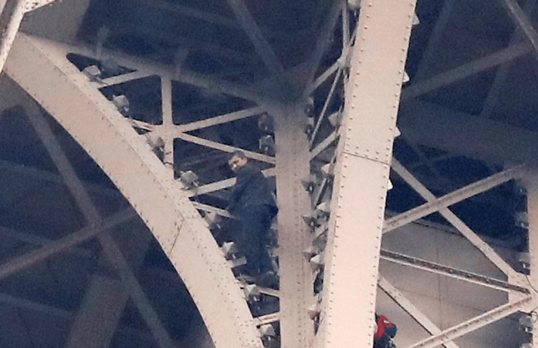Foto: Hombre escala la Torre Eiffel, 20 de mayo de 2019, París, Francia