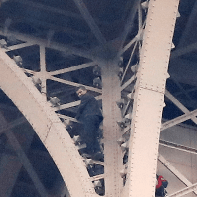 Cierran la Torre Eiffel por presencia de hombre escalando el monumento