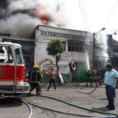 Bomberos apagan incendio en un taller mecánico en Ecatepec, Edomex