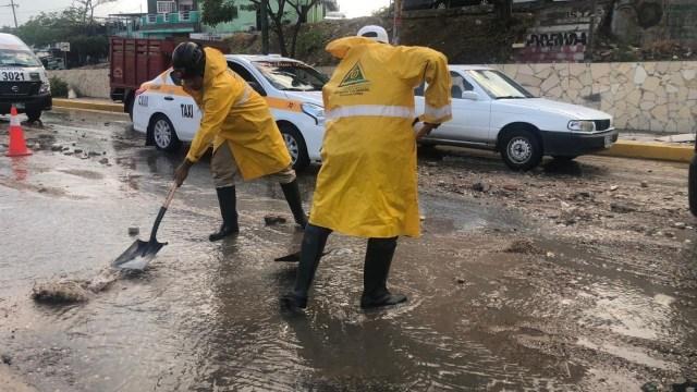 Foto: Brigadas laboran en el retiro de material de arrastre de lluvias sobre calzada al sumidero, 27 de mayo 2019. Twitter @TuxtlaCapital