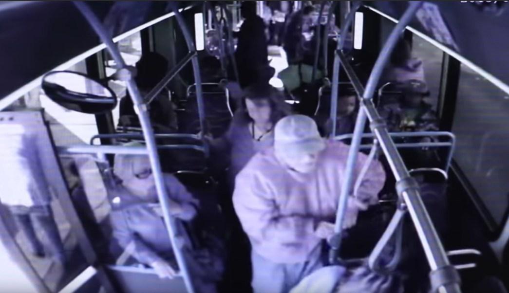 empujan-anciano-bus-muere