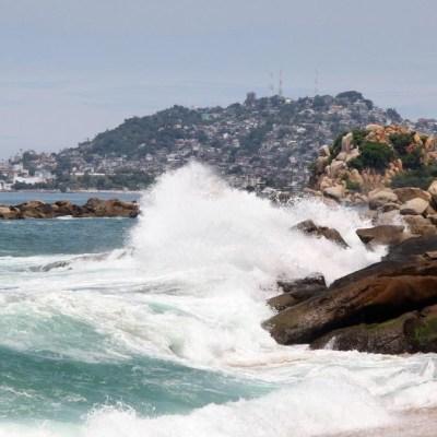 Mar de fondo provoca ola de hasta 4 metros en el puerto de Acapulco