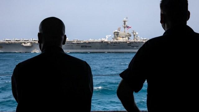 Foto: Marinos de Estados Unidos observan al portaaviones USS Abraham Lincoln en el Mar Arábigo, mayo 19 de 2019 (Reuters)
