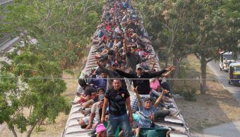 """Imagen: Un grupo de migrantes viajan por México en el tren conocido como """"La Bestia"""", el 5 de mayo de 2019 (Reuters, archivo)"""