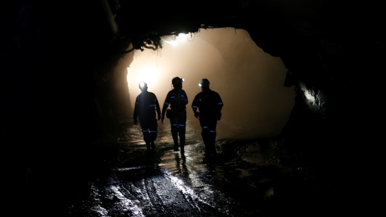 Rescatan con vida a los 1,800 trabajadores atrapados en una mina de Sudáfrica