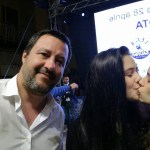 foto Mujeres se besan en selfie con político anti-LGBT 24 abril 2019